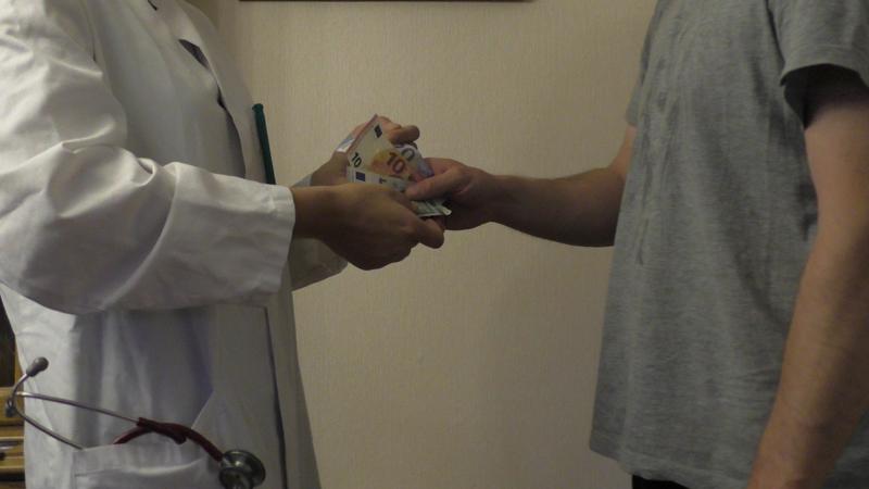In den meisten Tierarztpraxen wird nach der Behandlung noch direkt bar bezahlt.