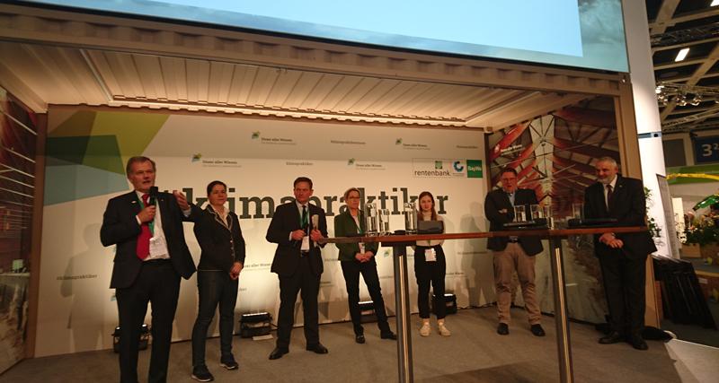 Dr S. Moder bei der Eröffnung der  Podiumsdiskussion zum Thema Notdienstproblematik  und Tierärztemangel auf der IGW 2020 in Berlin
