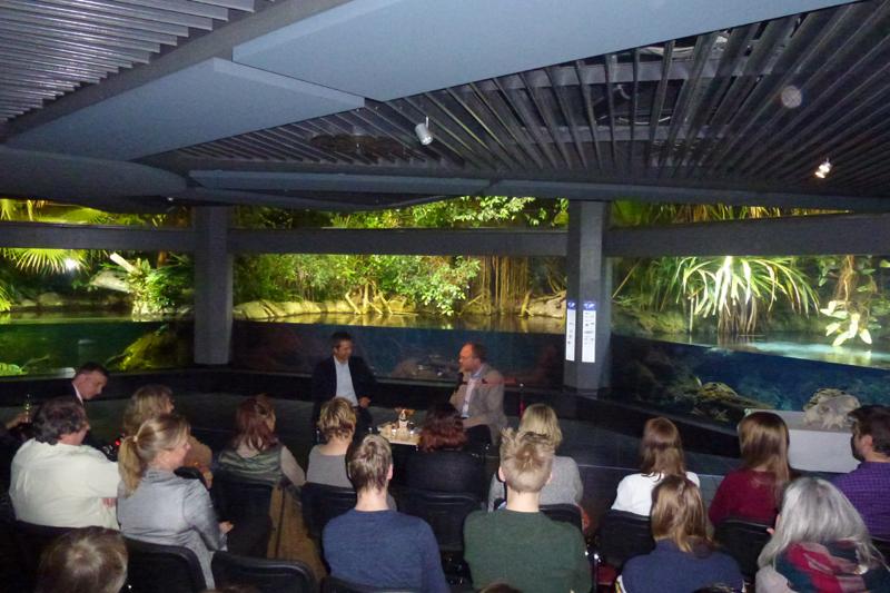Prof. Dr. Achim Gruber bei der Premiere seines Buches ''Das Kuscheltierdrama'' im Berliner Aquarium