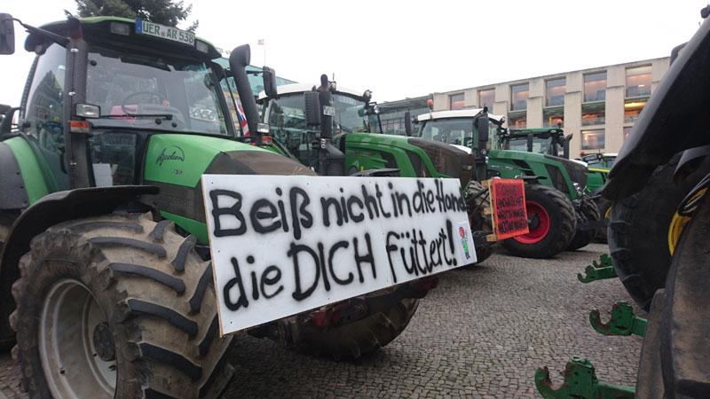 8.600 Traktoren sowie 40.00 Landwirte und Sympathisanten vor dem Brandenburger Tor in Berlin
