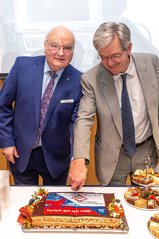 © Leipziger Messe GmbH/ Tom Schulze – Prof. Dr.  Jürgen Gropp und Prof. Dr. Gotthold Gäbel (v.l.).  beim Anschnitt der Jubiläumstorte